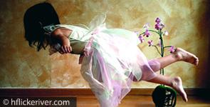 Mädchen schwebend wie eine Prinzessin gekleidet
